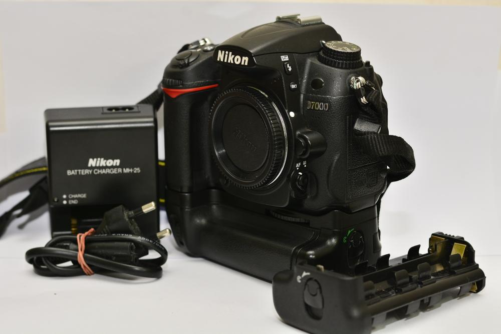 D7000 Box plus BG [SOLD]